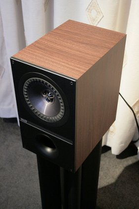 Полочная акустика KEF Q300 walnut vinyl